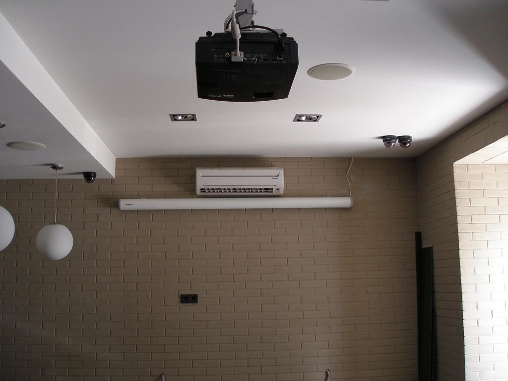 Установка проектора и видео техники, для проведения развлекательных программ.