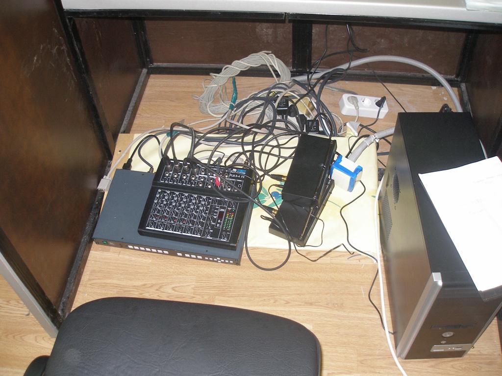 Установка проекционного комплекса (проектор + экран) в лектории.