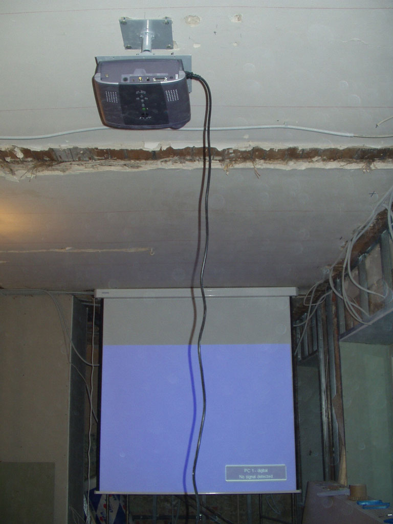 Установка проектора и экрана для домашнего кинотеатра (на этапе проведения строительных работ)