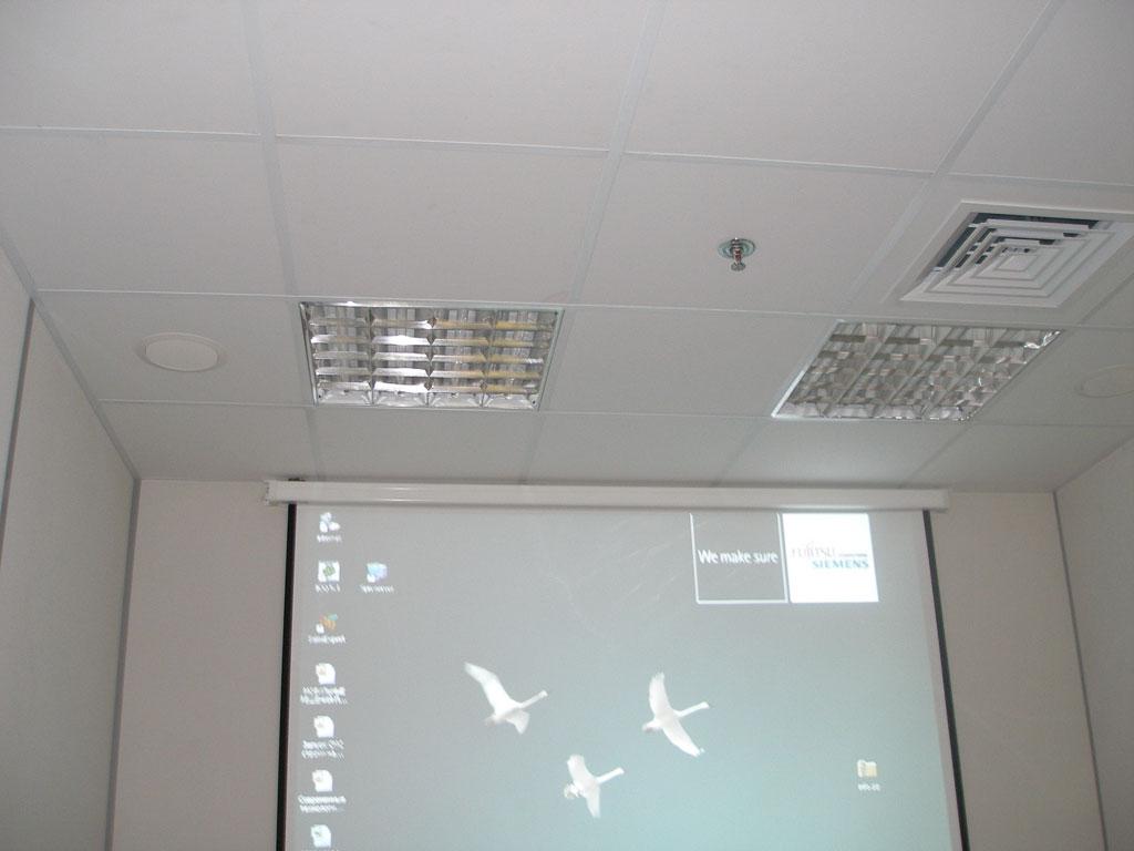 Оборудование переговорной комнаты современным проекционным оборудованием и аудио системой.