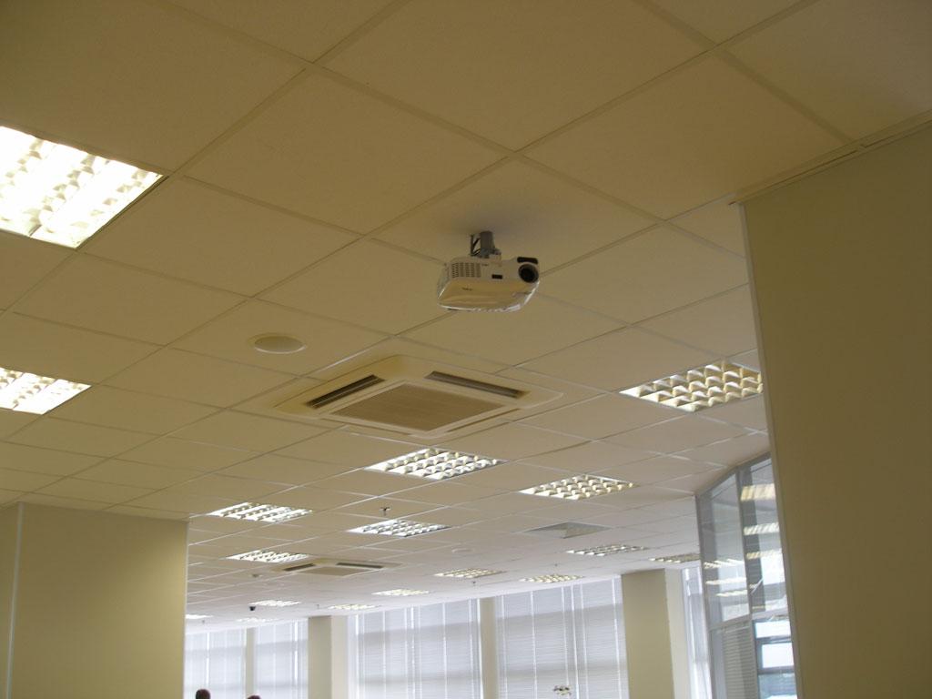 Оборудование офиса компании современным проекционным оборудованием и аудио системой.