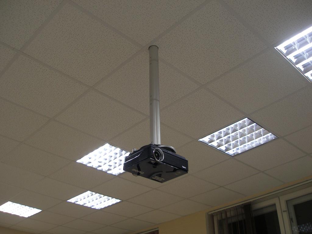 Установка проекционного комплекса (проектор + экран) в учебном классе гимназии.