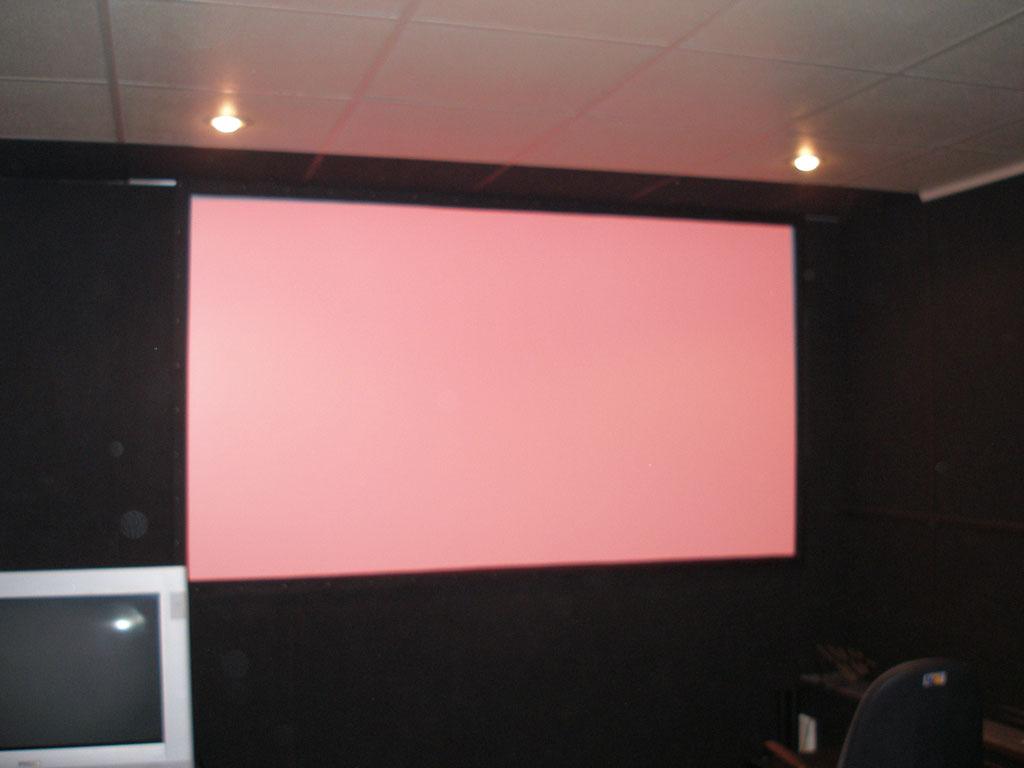 Установка профессионального кинотеатрального проектора.