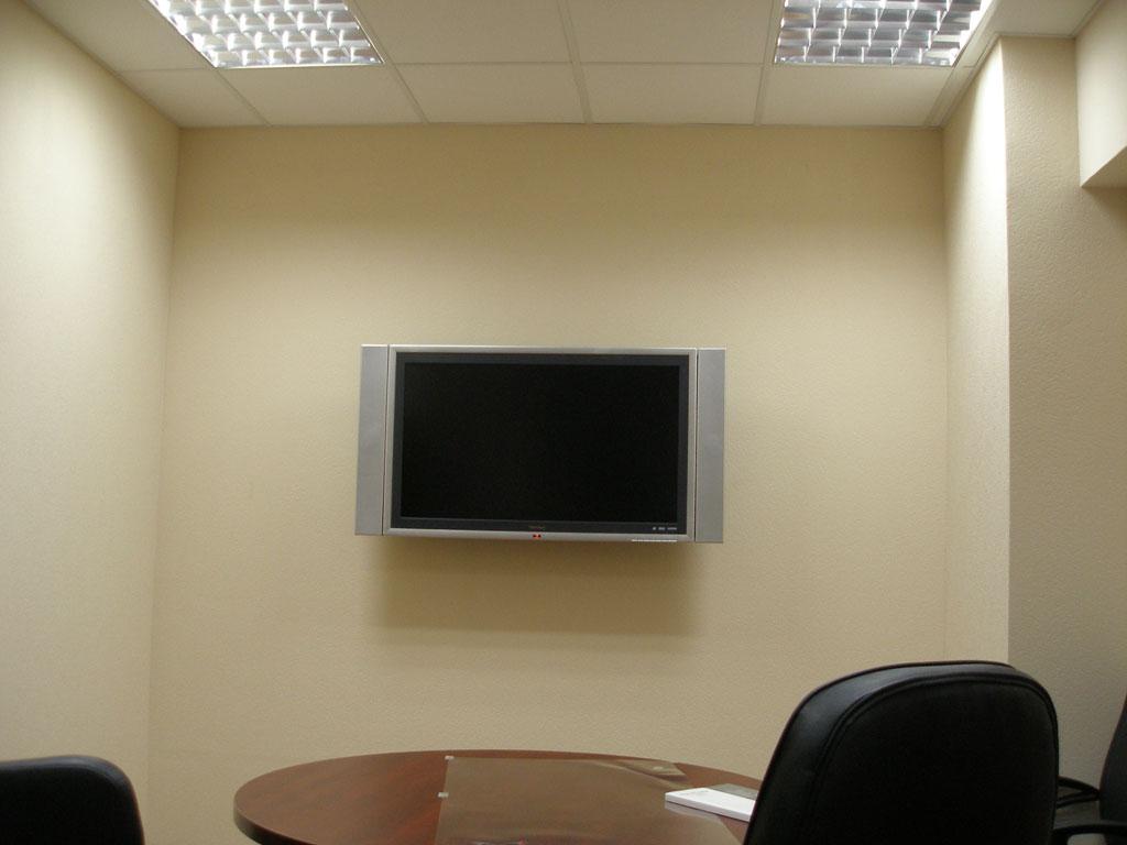 Установка LCD телевизора на гипсокартонной стене и прокладка кабеля за стеной.