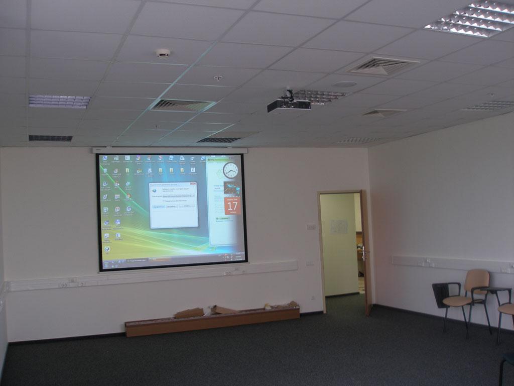 Монтаж проекционного оборудования в офисе компании.