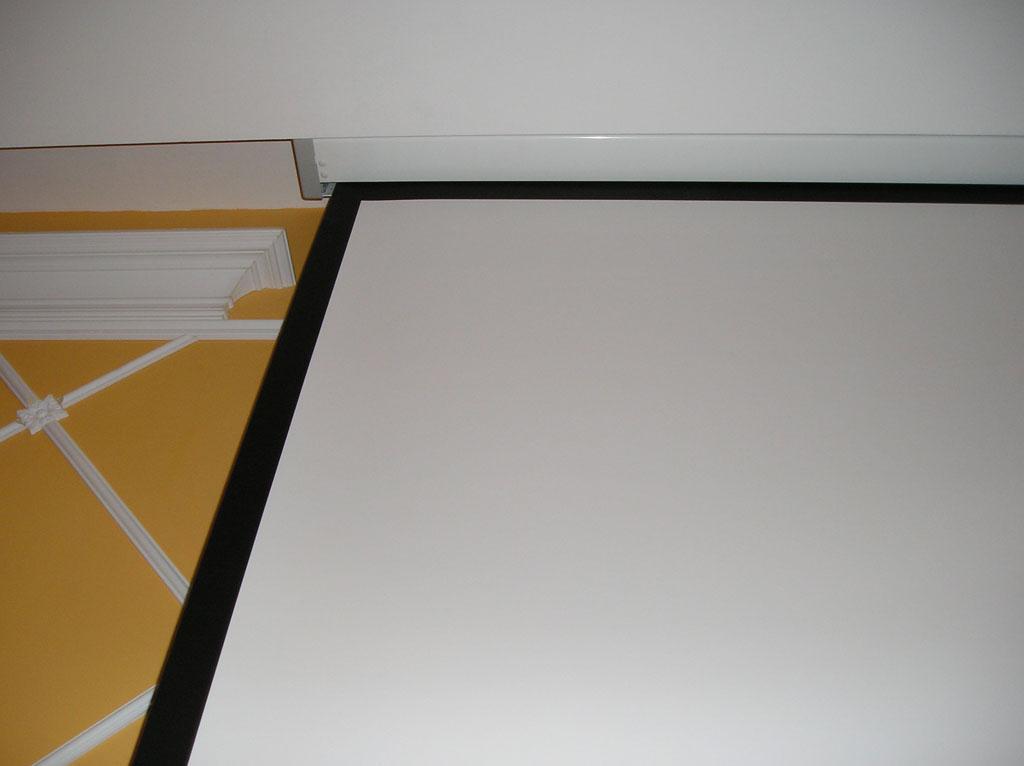Установка проектора в ресторане гостиницы.