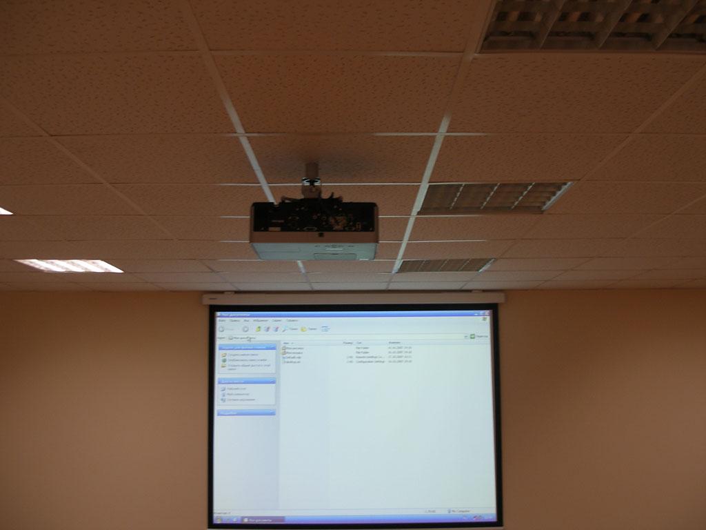 Установка проектора и проекционного экрана в офисе компании.