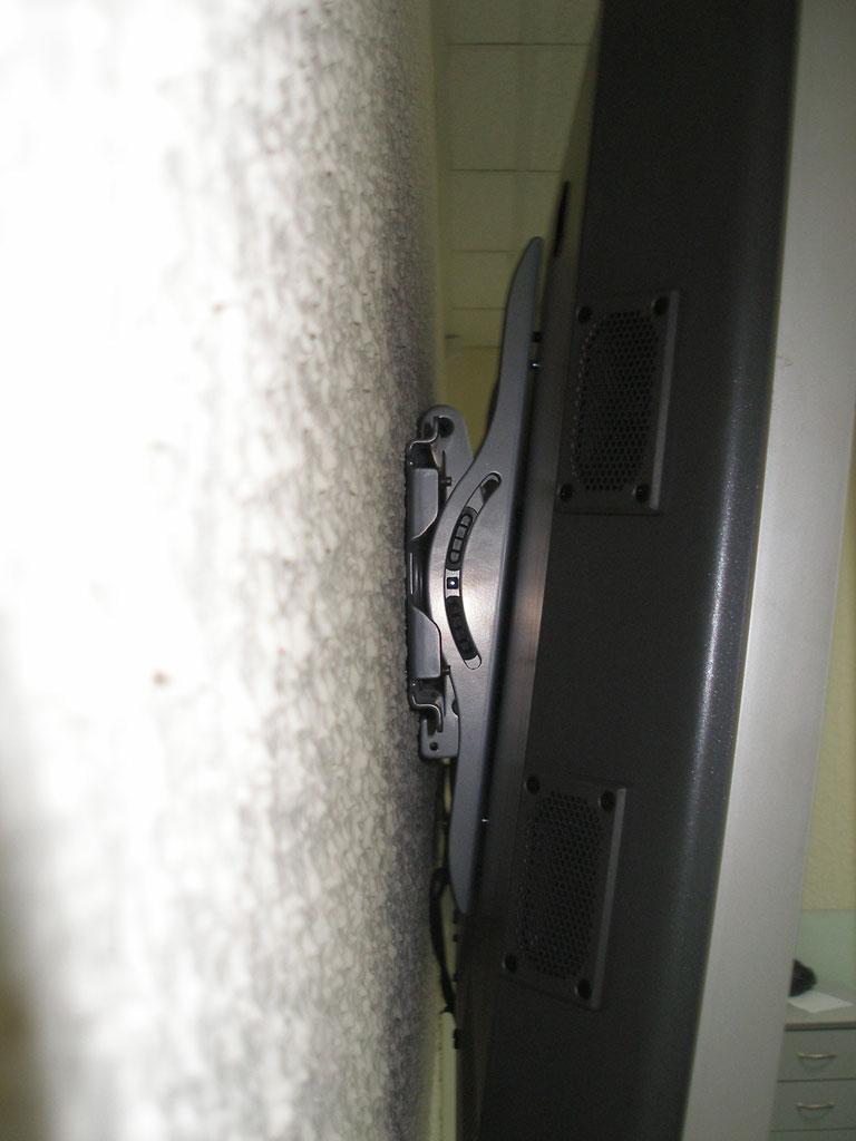 Установка двух плазменных панелей на гипсокартонной стене.