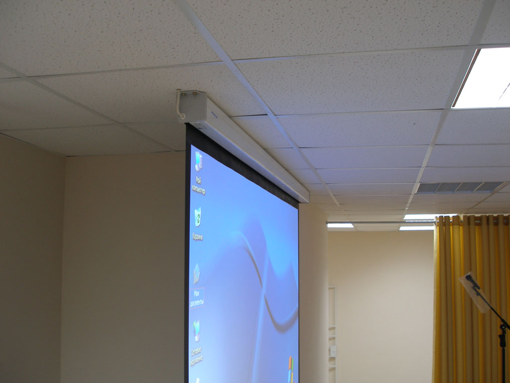 Оборудование актового зала института полным комплексом аудио-визуального оборудования.