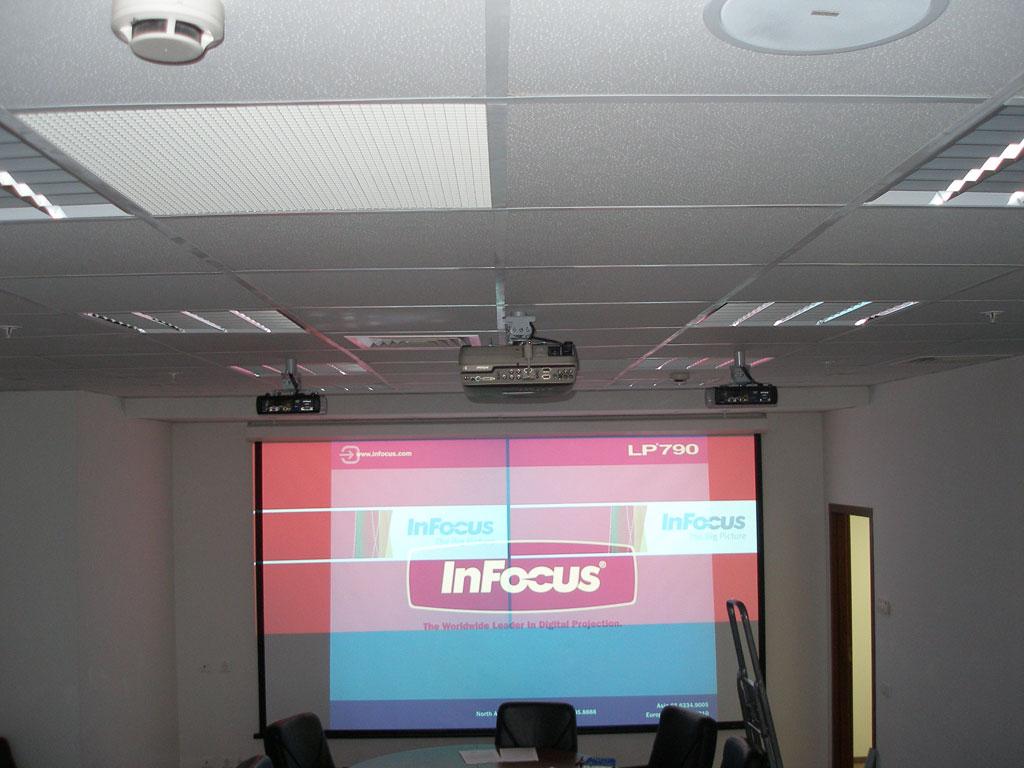 Установка проекционного комплекса с возможностью одновременного ведения презентаций на 2-х языках