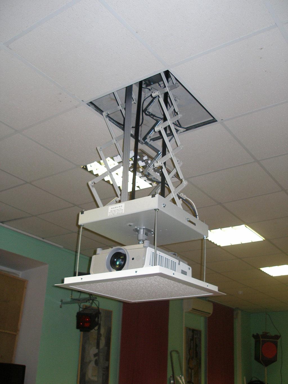 Оборудование актового зала лицея  комплексом проекционного оборудования.