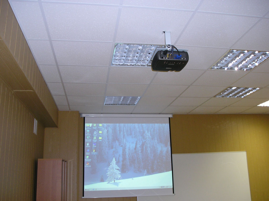 Учебные аудитории оборудованные проекторами и экранами.