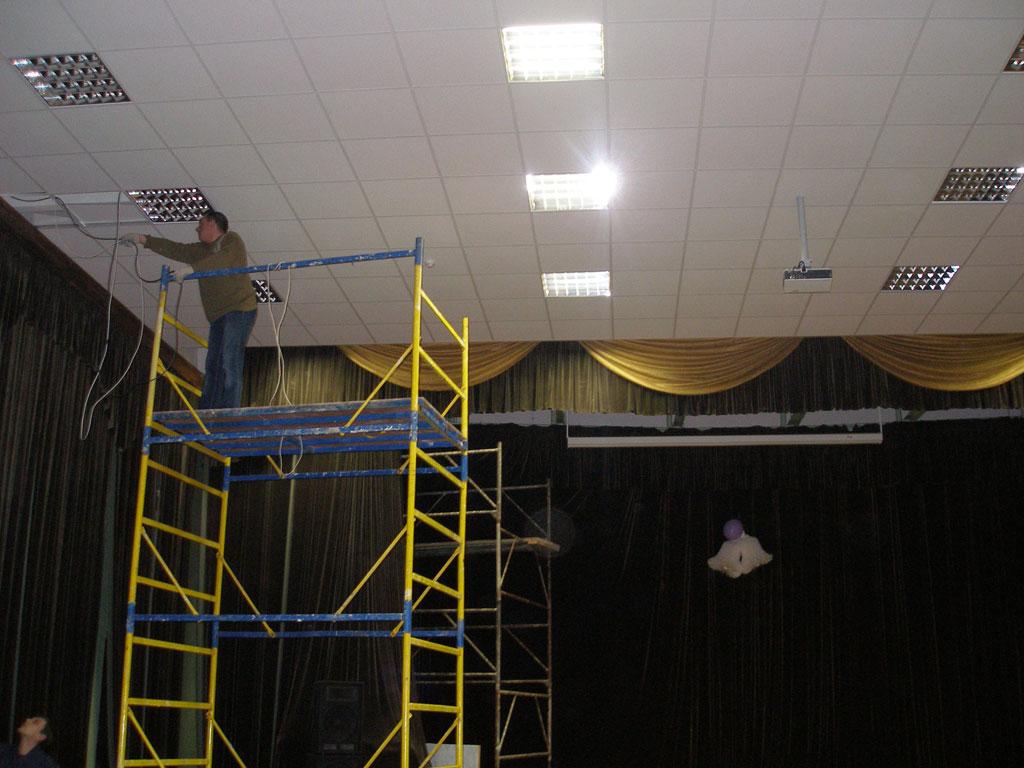 Оборудование актового зала школы комплексом проекционного оборудования.