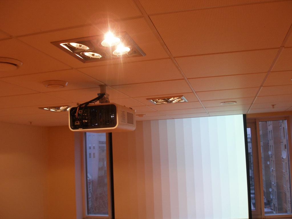 Монтаж проектора и проекционного экрана переговорной. Скрытая установка простого экрана.