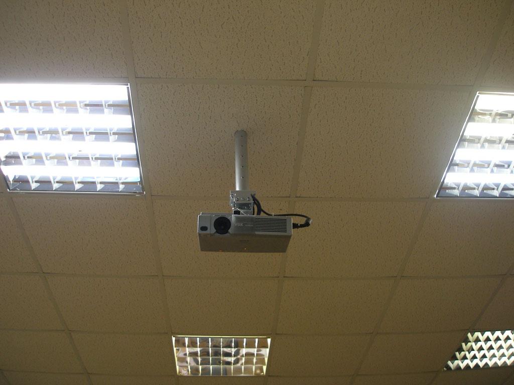 Монтаж проекционного оборудования в аудитории лицея..