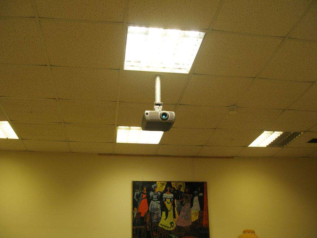 Монтаж проекционного оборудования в аудитории лицея.