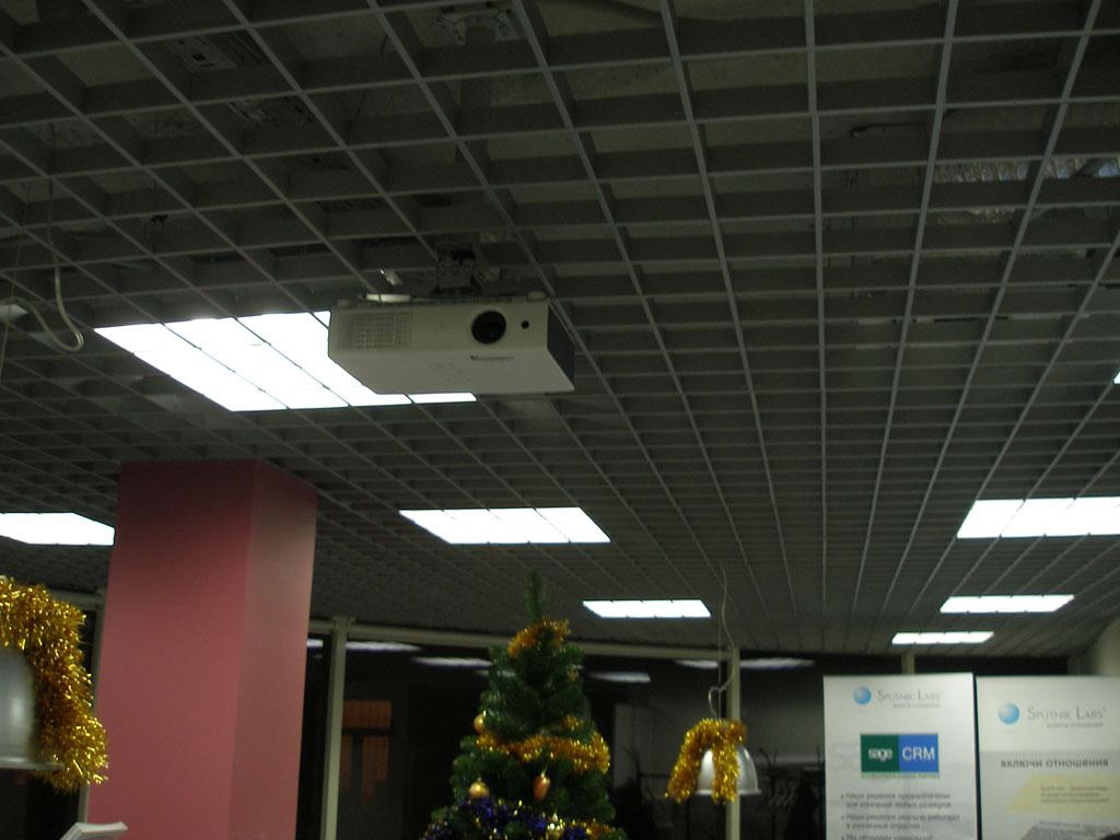 Установка проекционного комплекса в зоне ресепшен.