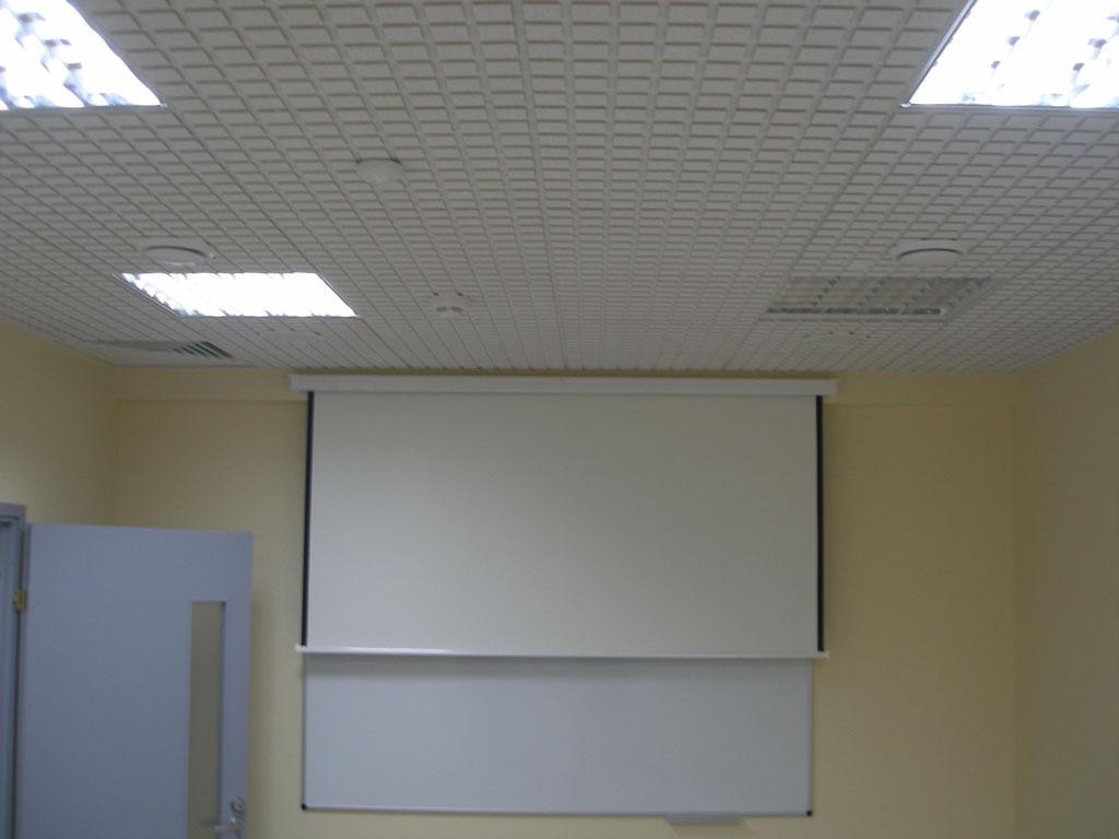 Установка аудио-визуального комплекса в переговорной комнате компании.