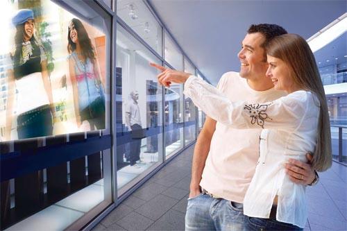 Установка проектора для демонстрации рекламных или информационных роликов